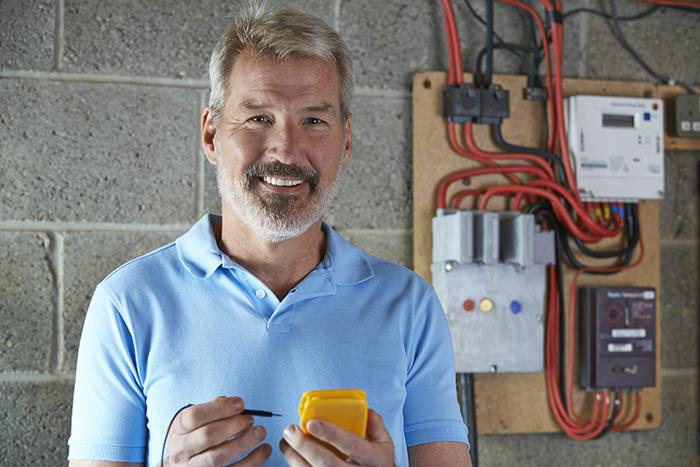 Imprenditore sereno che controlla le commesse di impianti